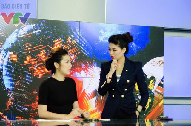 Với sự hướng dẫn của BTV Ngọc Trinh (phải) và Thụy Vân, Á hậu Dương Tú Anh đang nỗ lực học hỏi để trở thành một BTV của VTV