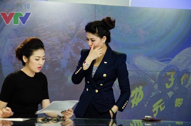 BTV Ngọc Trinh còn dành thời gian hướng dẫn Á hậu Tú Anh làm quen với công việc dẫn chương trình