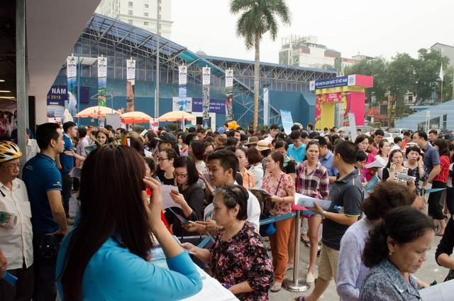 Hàng trăm người xếp hàng đợi mua vé máy bay giá rẻ.