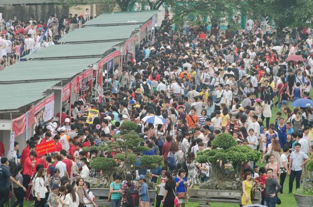 Hàng vạn người kéo về Hoàng thành Thăng Long để vui chơi, tham dự các hoạt động văn hóa đặc sắc