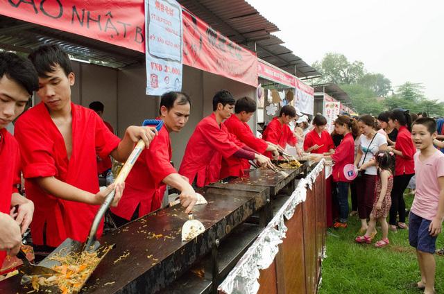 Thưởng thức ẩm thực Nhật cũng là điểm tạo nên sức hút đối với người dân tại Lễ hội Hoa anh đào