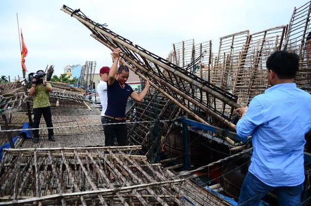 Ê-kíp sản xuất ghi hình phóng sự ngư dân tiếp tục vươn khơi - một phóng sự sẽ có trong Chanchu: Câu chuyện 10 năm.