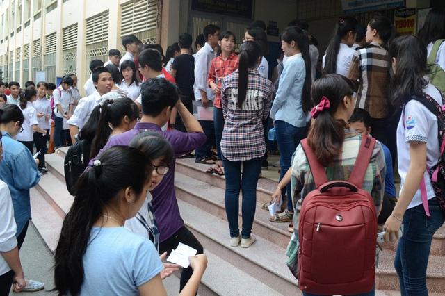 Nhiều thí sinh đến sớm nộp giấy chứng nhận kết quả thi trong ngày đầu - Ảnh 1.