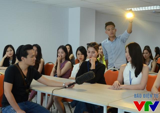Thành viên của nhóm ghi hình phỏng vấn thí sinh trước đêm bán kết tại đảo ngọc Tuần Châu, Quảng Ninh.