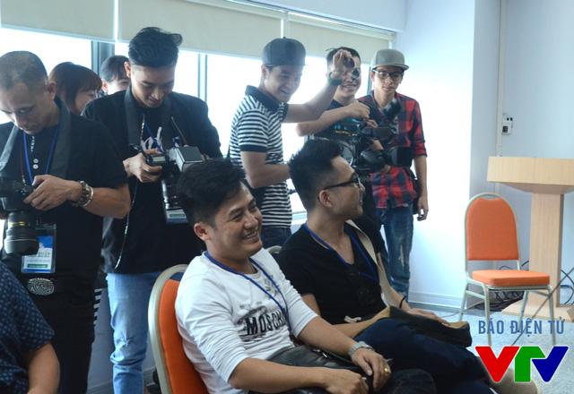 Trưởng Ban tổ chức Lý Minh Tuấn (áo trắng) ở hậu trường của buổi tập trung, gặp gỡ các thí sinh của vòng bán kết.