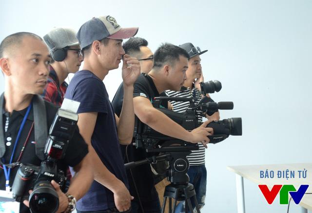 Mỗi một khoảnh khắc rạng rỡ và xinh đẹp của các cô gái đều được lưu lại qua ống kính máy quay, máy ảnh.