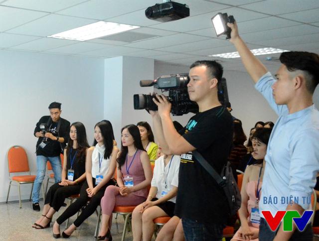 Thành viên của ê-kíp lưu lại từng hình ảnh trong buổi gặp gỡ các thí sinh.