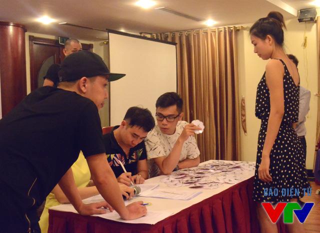 Thành viên Ban tổ chức Hoa hậu Biển Việt Nam 2016 cũng luôn bận rộn đồng hành bên các thí sinh từ sáng đến tối muộn.