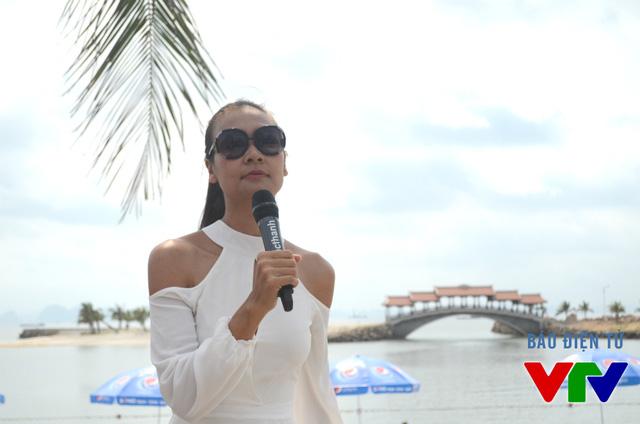 Hoa hậu Trần Bảo Ngọc đồng hành cùng các thí sinh trong vai trò đạo diễn catwalk.