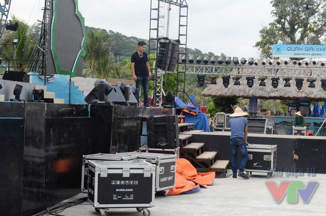 Sân khấu hoành tráng của đêm bán kết đang được gấp rút hoàn thành