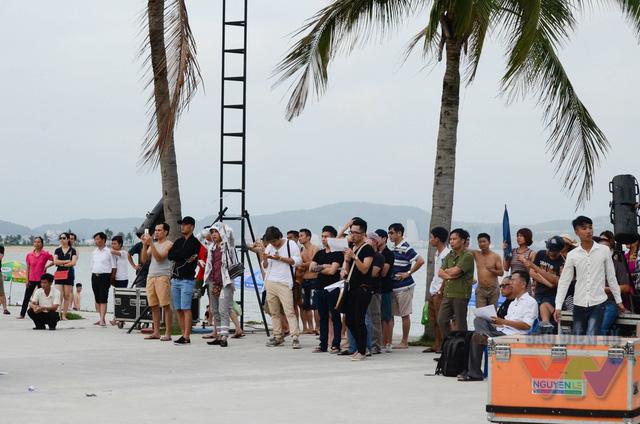 Dù thời tiết khá nóng nhưng cả ekip thực hiện chương trình và các thí sinh đều làm việc tập trung và chuyên nghiệp