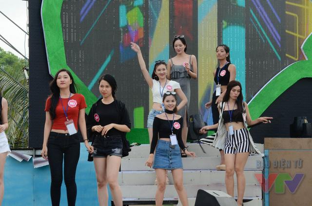 Các thí sinh tập nhún nhảy thư giãn trong buổi tổng duyệt