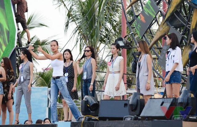 Hoa hậu phụ nữ Việt Nam năm 2000 - Đạo diễn catwalk Trần Bảo Ngọc chỉ dẫn, hướng dẫn thí sinh trong buổi tổng duyệt