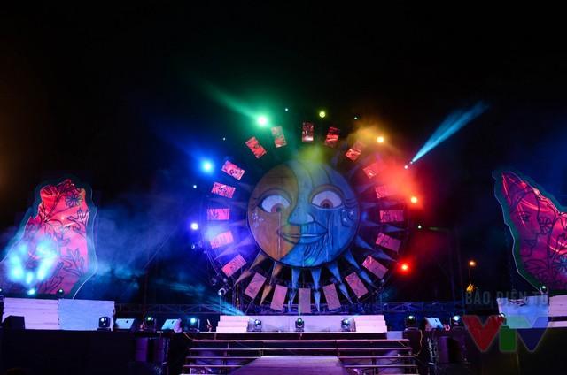 Buổi tổng duyệt kéo dài đến tối, sân khấu của đêm bán kết rực rỡ ánh đèn