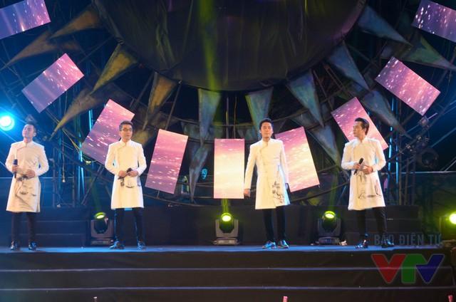 Không chỉ trình diễn mở đầu, nhóm nhạc Nhân tố bí ẩn còn mang đến nhiều ca khúc tạo cảm hứng dạt dào cho đêm bán kết