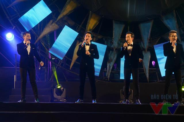 Nhóm nhạc Ayor mang đến ca khúc Dáng em lụa là đầy ngọt ngào và xúc cảm, mở màn cho phần trình diễn áo dài của các thí sinh