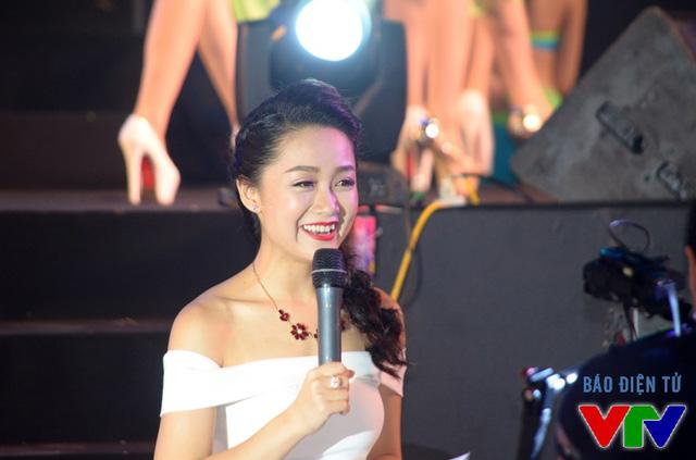 Thu Hà thêm phần rạng ngời khi thay đổi trang phục để dẫn dắt màn trình diễn bikini của các thí sinh