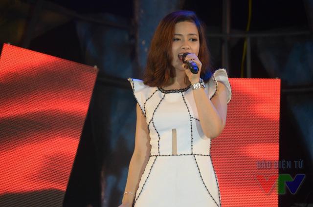 Dương Hoàng Yến xuất hiện rạng rỡ tại đêm bán kết trong chiếc váy dạ hội trắng tinh khôi