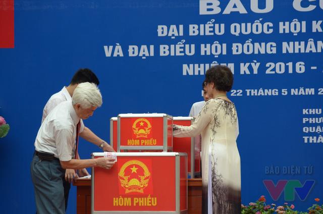 Công tác kiểm tra và niêm phong hòm phiếu tại khu vực bỏ phiếu số 5 phường Trần Hưng Đạo.