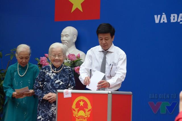 Đồng chí Dương Đức Tuấn - Chủ tịch UBND Quận Hoàn Kiếm, Hà Nội tham gia bỏ phiếu tại khu vực bỏ phiếu số 5 phường Trần Hưng Đạo - 39 Quang Trung
