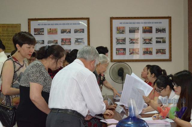 Tại khu vực bỏ phiếu số 1 phường Trần Hưng Đạo - số 4 Quang Trung, không khí bầu cử diễn ra vô cùng khẩn trương