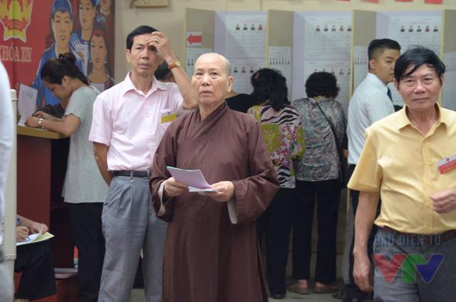 Tại khu vực bỏ phiếu số 2 phường Trần Hưng Đạo - 80 Quán Sứ, các cử tri đã có mặt từ sớm để bỏ phiếu