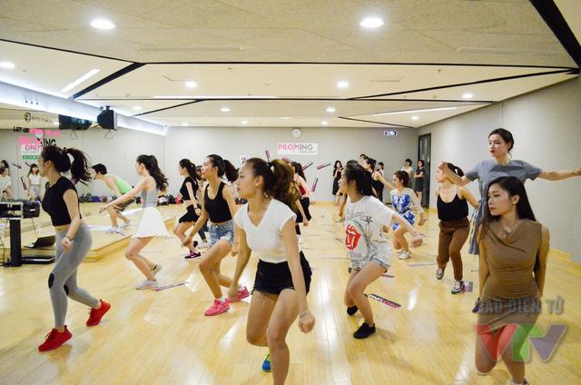 Các ứng viên luyện tập các bước nhảy rất chăm chỉ và tràn đầy năng lượng