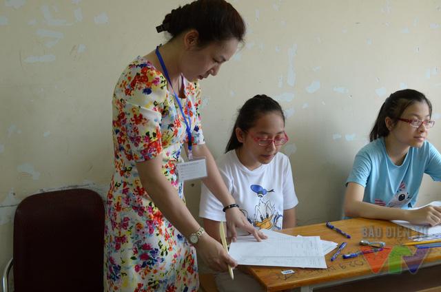 Các giám thị đọc quy chế thi và chuẩn bị cho thí sinh làm bài