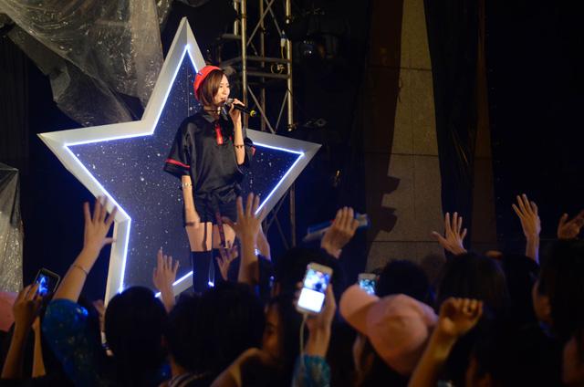 Mở đầu cho đêm nhạc hội Vũ trụ, nữ ca sĩ Min xuất hiện đầy cá tính với ca khúc Up to you