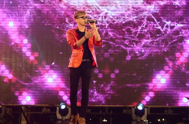 Không gian tại nhạc hội Vũ trụ gần như nổ tung khi chàng ca sĩ điển trai cá tính Soobin Hoàng Sơn xuất hiện trên sân khấu