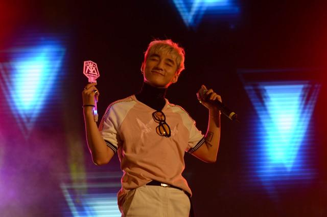 Sơn Tùng - MTP tỏ ra vô cùng hạnh phúc khi nhận được sự yêu quý của các fan, anh nhận lấy một light stick của một khán giả và lắng nghe khán giả hát theo mình