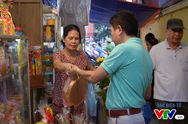 Người đi lễ thường mua hoa quả, bỏng nẻ, kẹo bánh, tiền vàng để đi lễ Vu Lan tại chùa Phúc Khánh