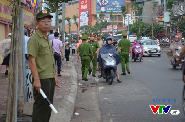 Lúc này, lực lượng chức năng đã có mặt để giải tỏa các phương tiện di chuyển, tránh ùn tắc giao thông tại tuyến đường Tây Sơn.