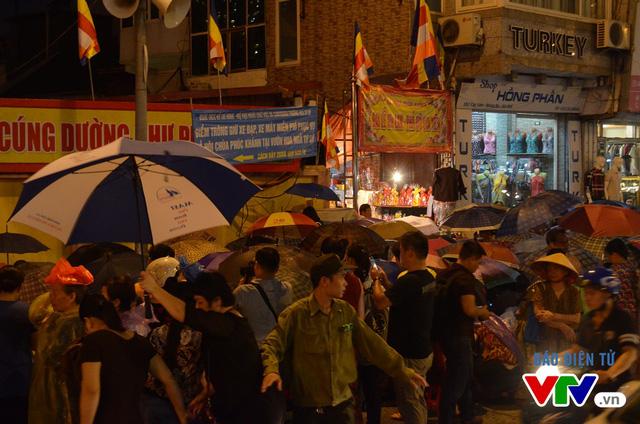 Lực lượng chức năng phải chặn đoạn đường ngay trước cửa chùa Phúc Khánh để đảm bảo an toàn cho người dân, toàn bộ phương tiện lưu thông đều được hướng dẫn chuyển làn
