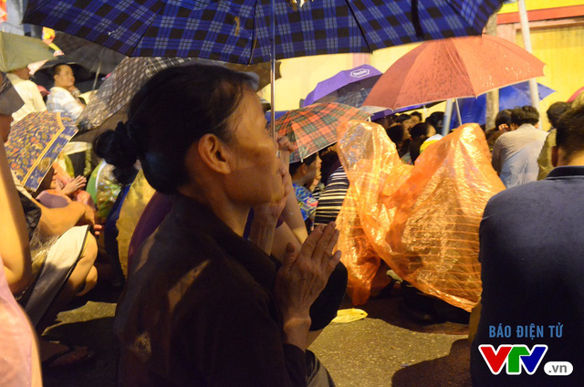 Người dân đội mưa dự lễ Vu Lan tại chùa Phúc Khánh (Ảnh: VTV News)