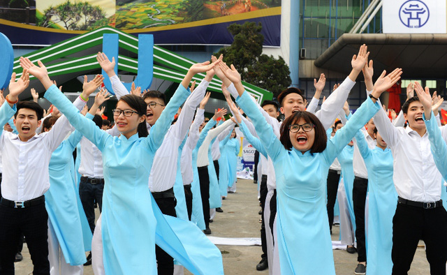 Các bạn sinh viên đến từ các trường Đại học trên địa bàn Hà Nội tham dự Lễ phát động với những màn nhảy flashmob ấn tượng
