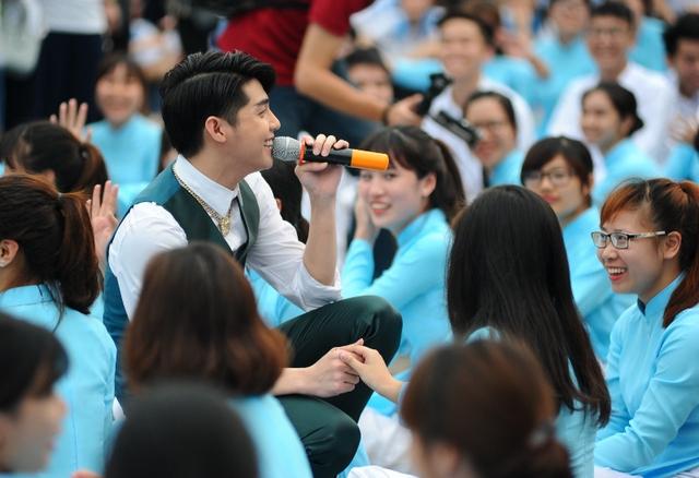 Nam ca sĩ Noo Phước Thịnh xuất hiện tại sự kiện truyền thêm cảm hứng cho các bạn trẻ