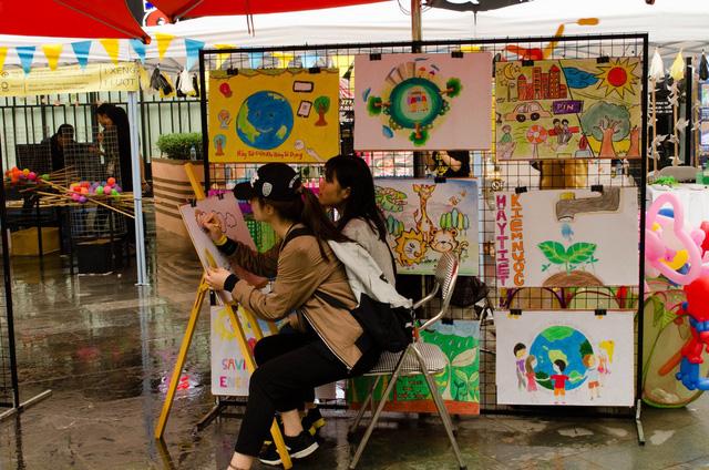 Các bạn trẻ miệt mài thể hiện ý tưởng bảo vệ môi trường của mình qua những bức vẽ