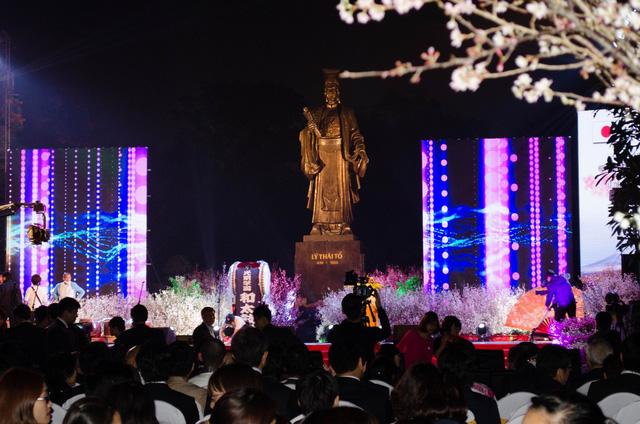 Xung quanh tượng đài Lý Thái Tổ được trang trí bởi hàng ngàn cành hoa anh đào nở rộ