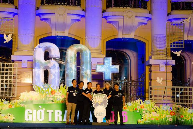 Các vị đại sứ cùng 2000 người đếm ngược giờ tắt đèn hưởng ứng chiến dịch Giờ Trái đất 2016