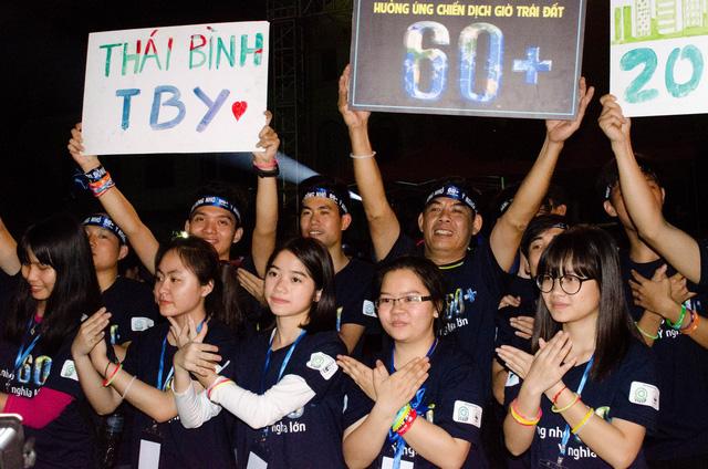 Hàng ngàn tình nguyện viên đến từ khắp các trường Đại học Hà Nội và các tỉnh lân cận cùng nhau chung tay trong chiến dịch Giờ Trái đất 2016