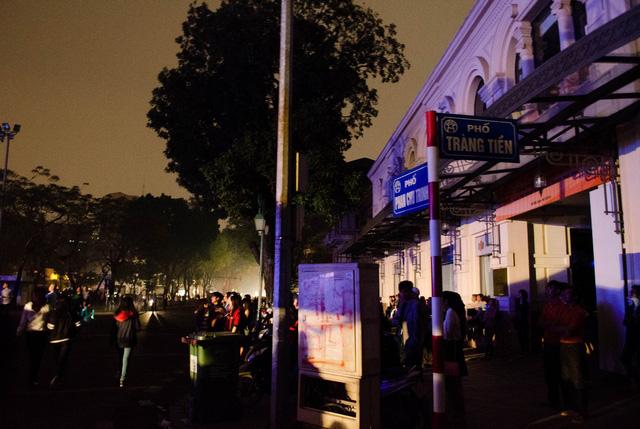 Hàng ngàn người đổ ra đường, tắt đèn để hưởng ứng chiến dịch.