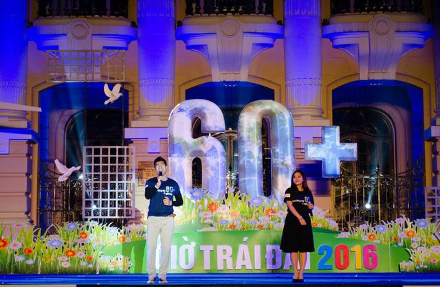 Hai đại sứ của chiến dịch: Tạ Quang Thắng và Thùy Chi trình diễn trên sân khấu của Giờ Trái đất 2016