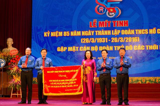Thành ủy Hà Nội trao tặng bức trướng cho Thành đoàn Hà Nội