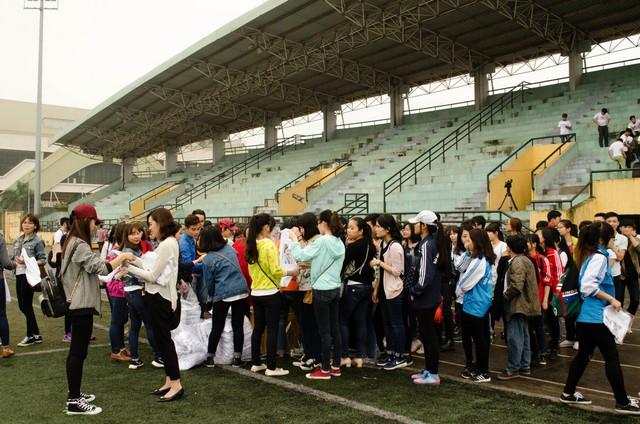 Hàng trăm bạn trẻ đã có mặt rất sớm tại Nhà thi đấu quận Tây Hồ để tham gia thực hiện MV Đường đến ngày vinh quang