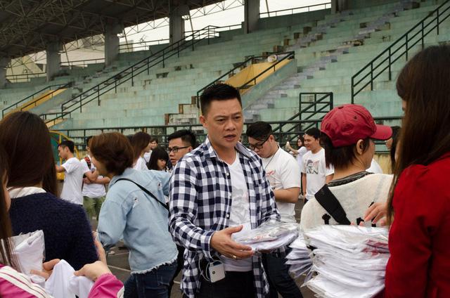 Bếp phó Quang Minh đến đầu tiên để chuẩn bị cho buổi quay