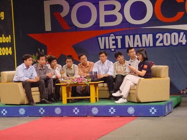 Đội vô địch Robocon Việt Nam năm 2004 (Ảnh: Việt Phú)
