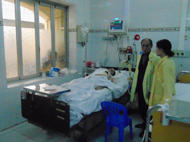 Bệnh nhân Đặng Cao Thủy vẫn đang hôn mê sâu và phải thở máy. Ảnh: Trọng Oanh