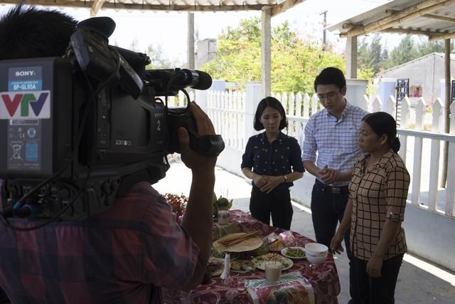 Chương trình được ghi hình đúng ngày giỗ chung của làng Bình Minh, nơi có 87 ngư dân mãi mãi nằm lại dưới đáy biển sâu do cơn bão số 1 (còn gọi là bão Chanchu). Trong ảnh là bà Phạm Thị Huệ - người phụ nữ mất chồng và 2 con trai sau cơn bão ác nghiệt.
