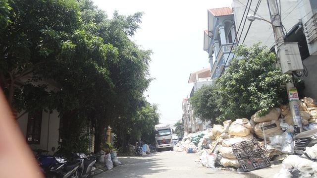 Theo ghi nhận, đa phần các hộ dân sống tại thôn Minh Khai đều tham gia làm nghề tái chế nhựa. Mỗi ngày có hàng trăm xe ô tô lớn nhỏ vận chuyển các loại như nhựa, nilon, bao bì... về đây để tái xuất.